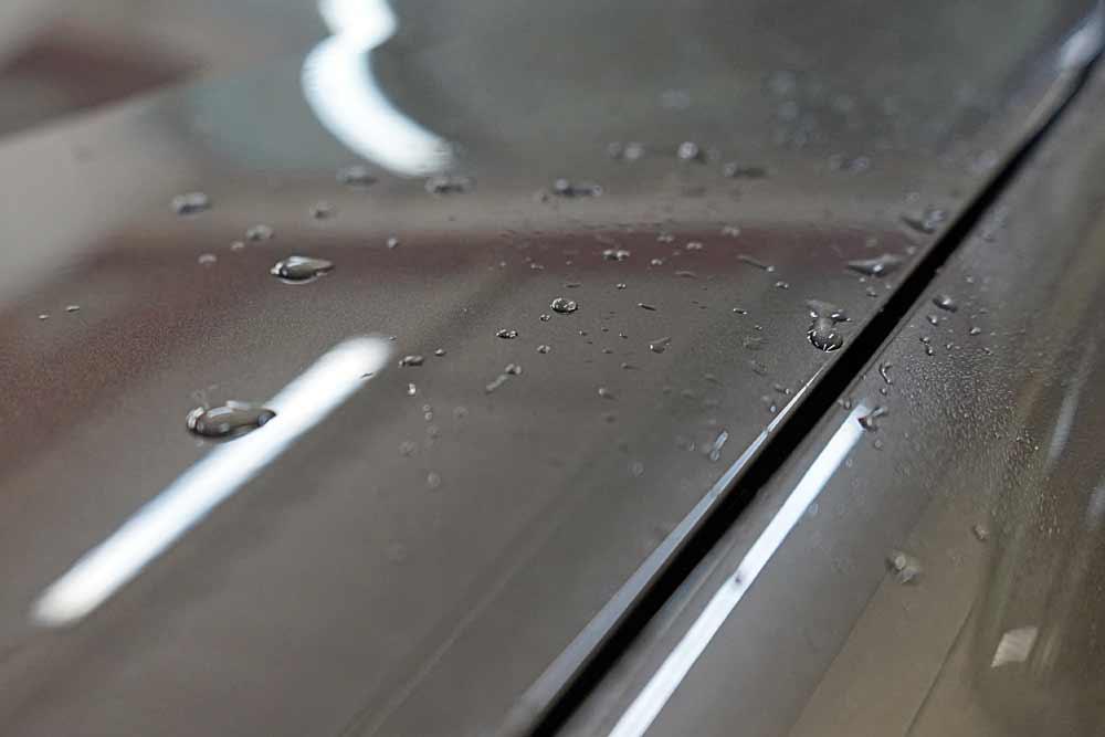 Защита кузова автомобиля PU-пленкой в ТЦ ВОЛИН. Предварительная мойка