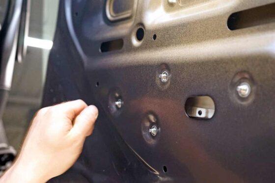 Защита кузова автомобиля PU-пленкой в ТЦ ВОЛИН. Арматурные работы