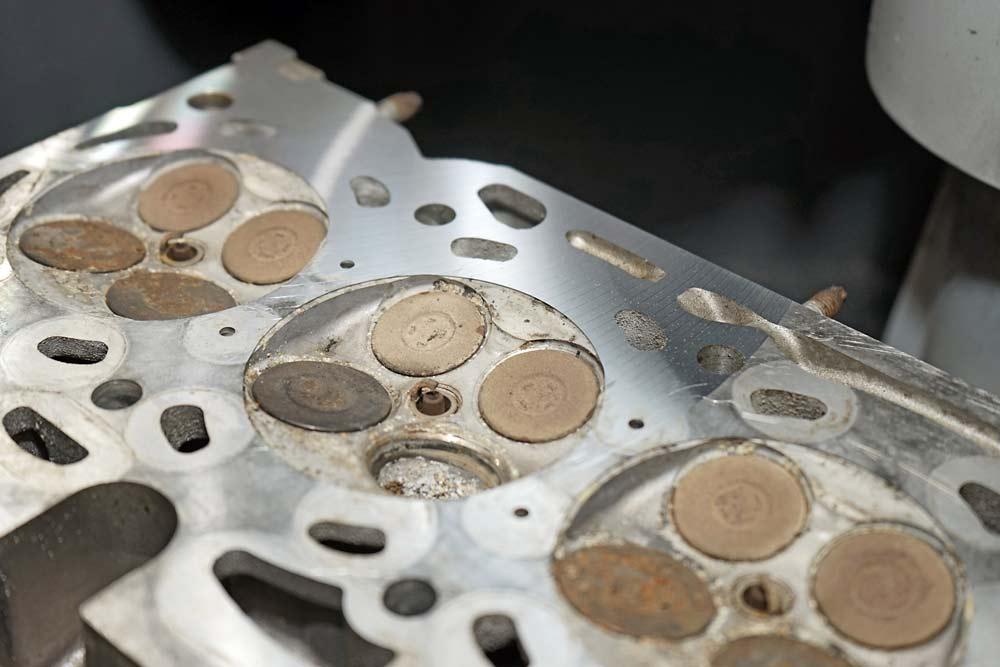 Ремонт головки блока цилиндров в ТЦ ВОЛИН. Стенд обработки поверхности ГБЦ