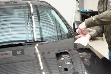 Защита кузова автомобиля PU-пленкой в ТЦ ВОЛИН. Обезжиривание