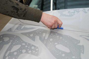Защита кузова автомобиля PU-пленкой в ТЦ ВОЛИН. Раскрой и примерка