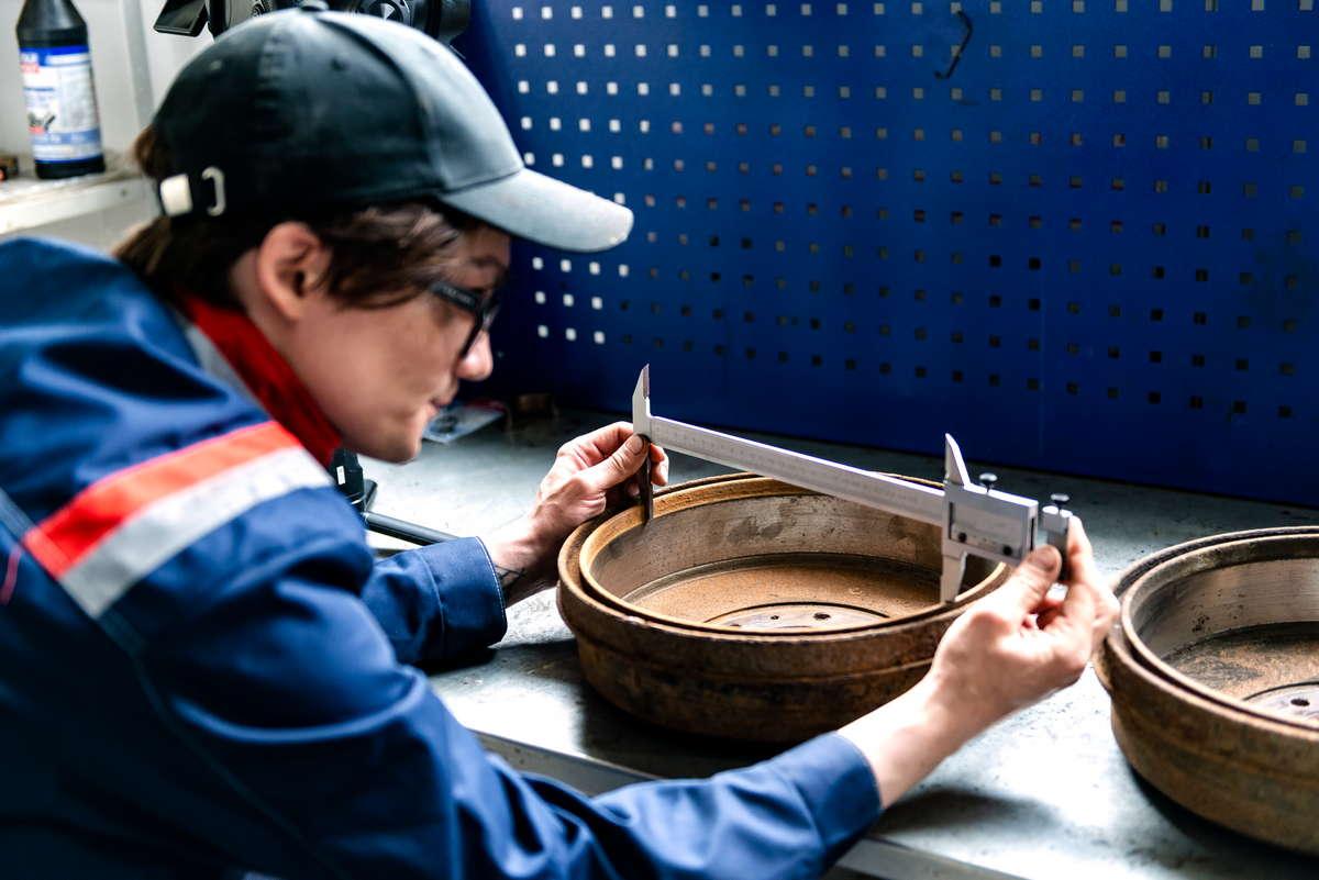 рис. 6. Проверяем степень износа барабана. По инструкции минимальный внутренний диаметр составляет 295 мм, максимальный — 297 мм